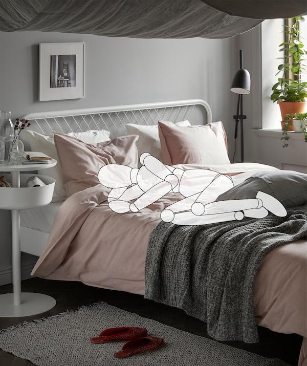 Gezeichneter Umriss einer Person in Embryohaltung auf einem Bett. Vom Dach hängt ein Betthimmel aus der AINA Meterware in Grau.