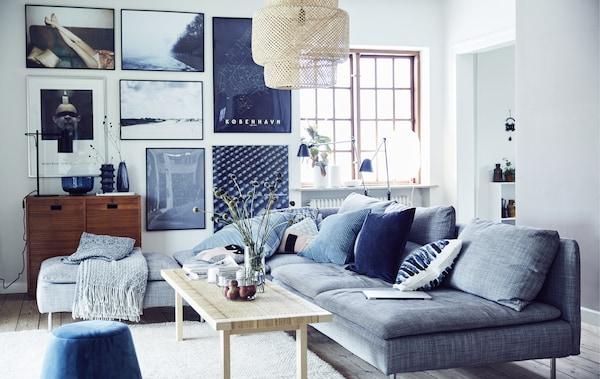 غرفة جلوس أزرق، وأبيض ورمادي.