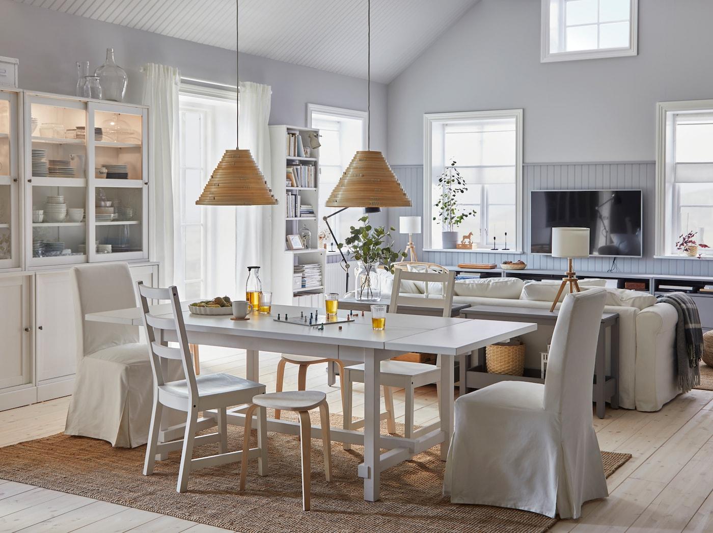 غرفة طعام واسعة ومشرقة مع غرفة جلوس متصلة. تم تمديد طاولة الطعام، ووفّرت المقاعد المزيد من أماكن الجلوس.