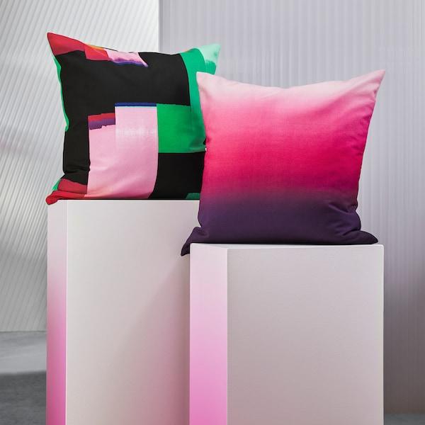 غطاء وسادة KLOCKRANKA بنقش مبكسل ألوان متعددة وغطاء وسادة STRÄVKLINT شكل ظلال ألوان متدرجة جميل.