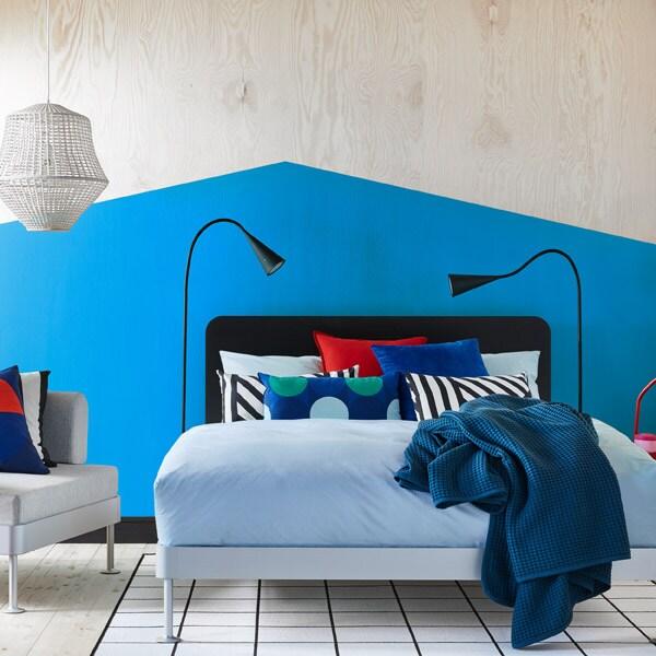 Gif, das verschiedene Schlafzimmerstilrichtungen mit dem neuen DELAKTIG Bettgestell zeigt.