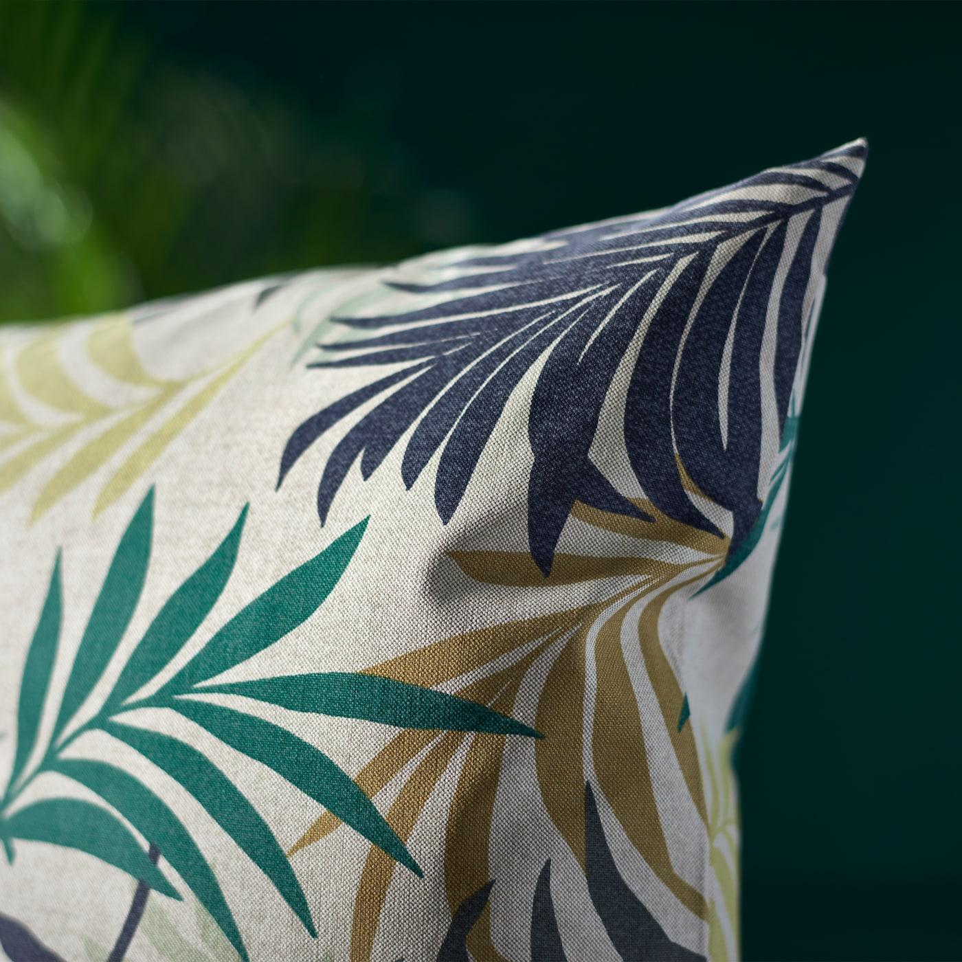 GILLHOV Kissenbezug verleiht deinen vier Wänden tropisches Flair dank seines bunten Blättermusters.