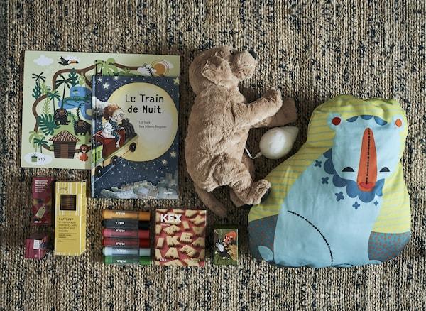Giocattoli, libri e snack su un tappeto - IKEA