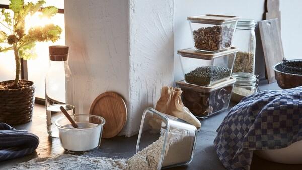 Gläserne Lebensmittelbehälter mit auf einer Küchentheke