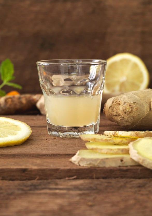 Glas gevuld met gember/citroen sap