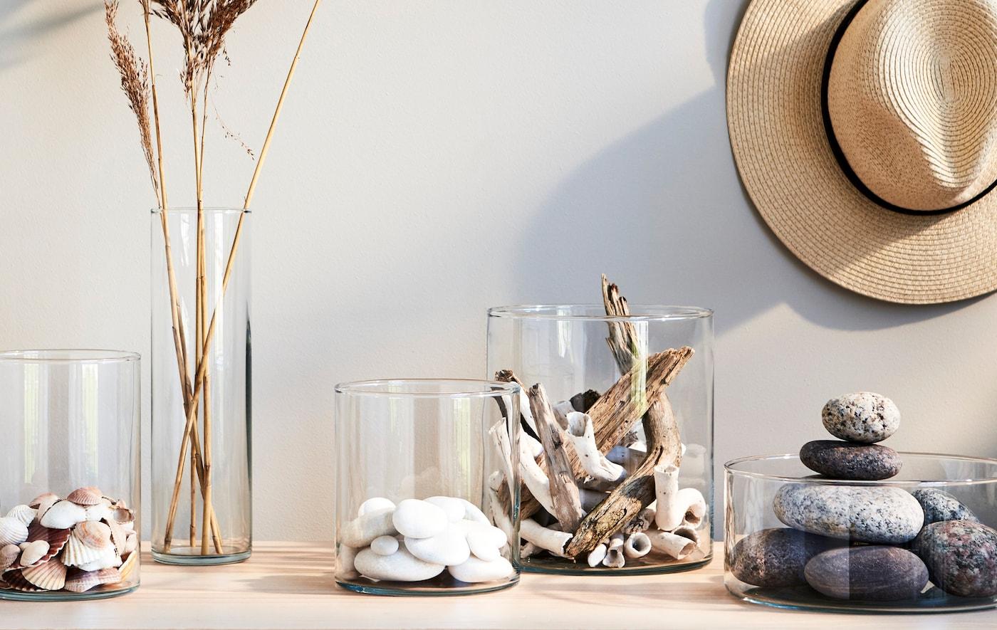 Glasschalen & -vasen dekoriert mit Muscheln, Steinen & getrocknetem Raps erinnern an Sommer