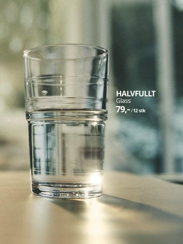 Glasset HALVFULLT med vann.