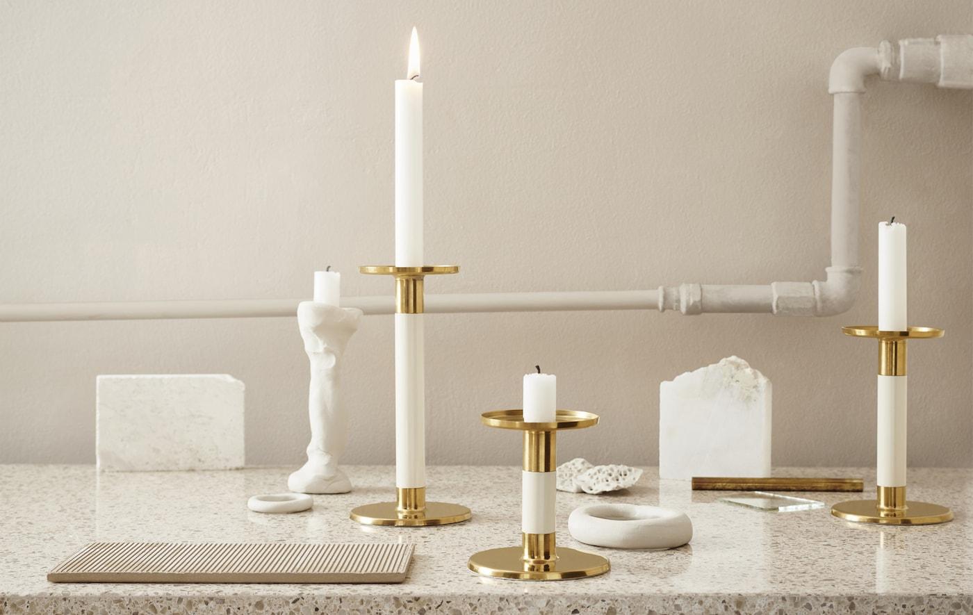 GLITTRIG Kerzenständer goldfarben auf einer Marmorarbeitsfläche