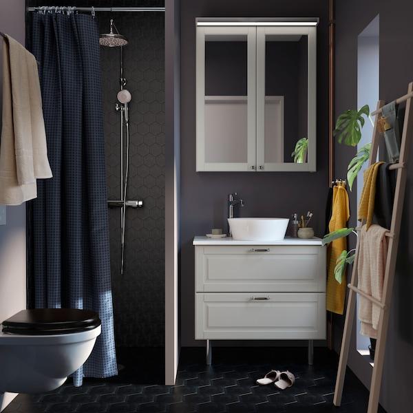 ห้องน้ำขนาดเล็กสีเทาเข้มที่มีตู้ GODMORGON/กูดมอร์รอน สีขาว TOLKEN/ทอลเกน และซิงก์ KATTEVIK/คัตเทวีค