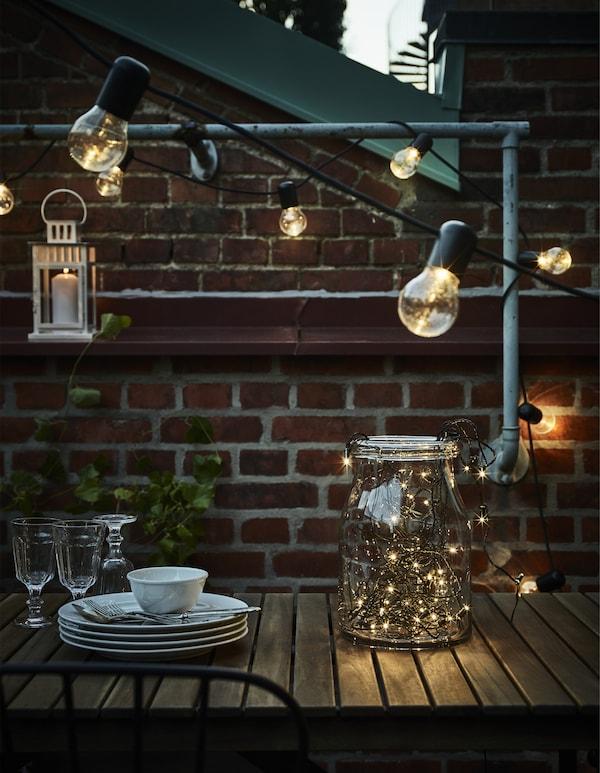Gör uteplatsen ljusare för middagar under stjärnorna! IKEA har ett brett sortiment med balkongmöbler och dekorativ utomhusbelysning. Välj belysning med ett mjukt sken eller kanske något som blinkar svagt likt stjärnor.