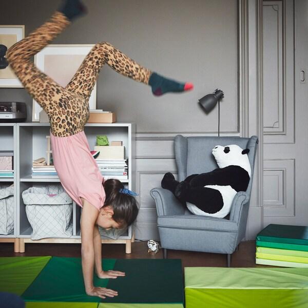 Gør det nemt for børnene at lege. Læg en gymnastikmåtte ud på gulvet, f.eks. grøn IKEA PLUFSIG gymnastikmåtte, der kan foldes sammen!
