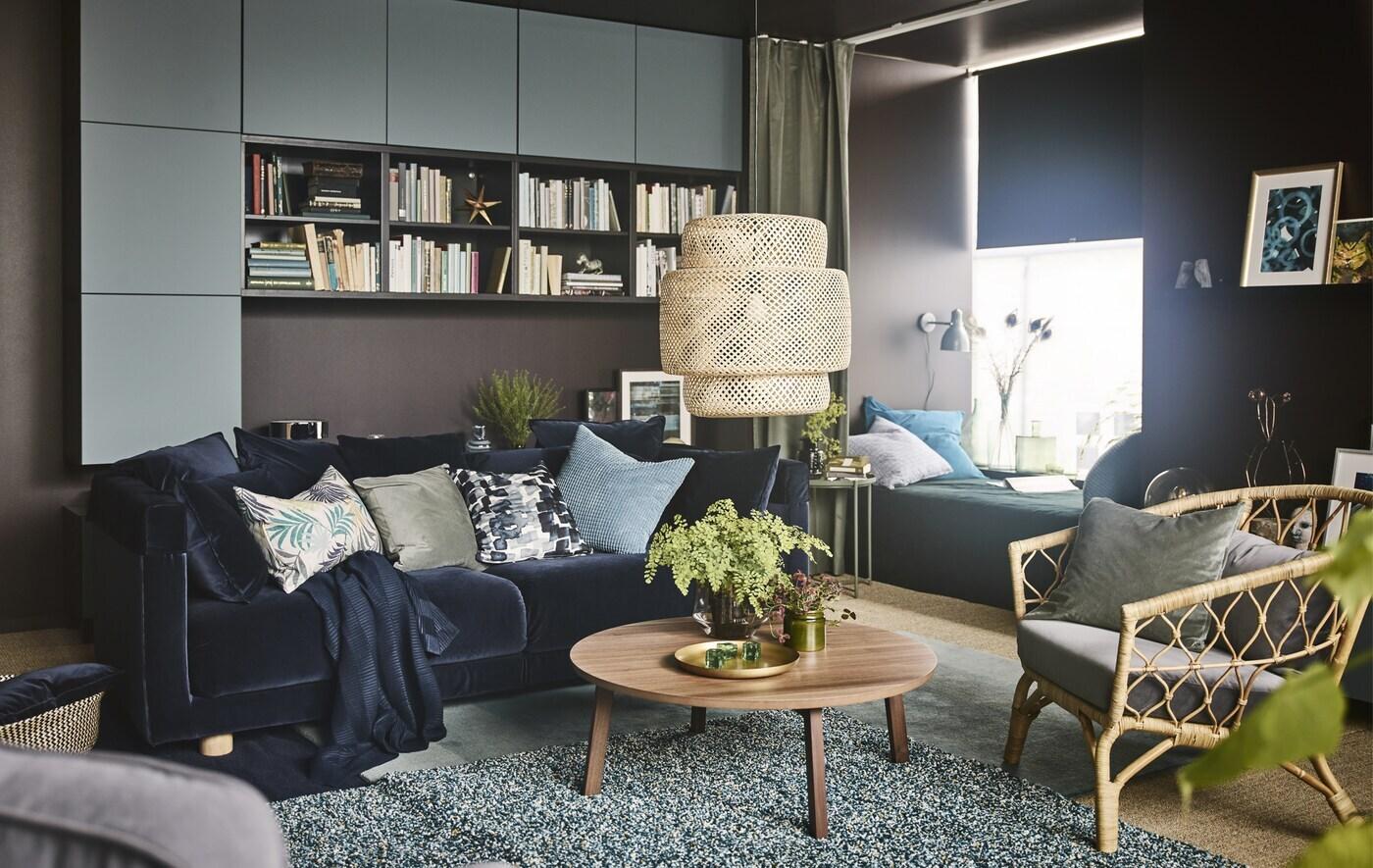Гостиная мечты для ИКЕА, спроектированная Осой Дюберг, одним из самых опытных дизайнеров интерьера в Швеции. В результате получилось уютное многофункциональное место с бархатным диваном темно-синего цвета, журнальным столиком из грецкого ореха и кушеткой с зелеными шторами, благодаря которым создана