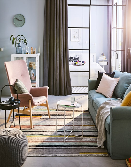Гостиная в пастельных тонах и розовое кресло