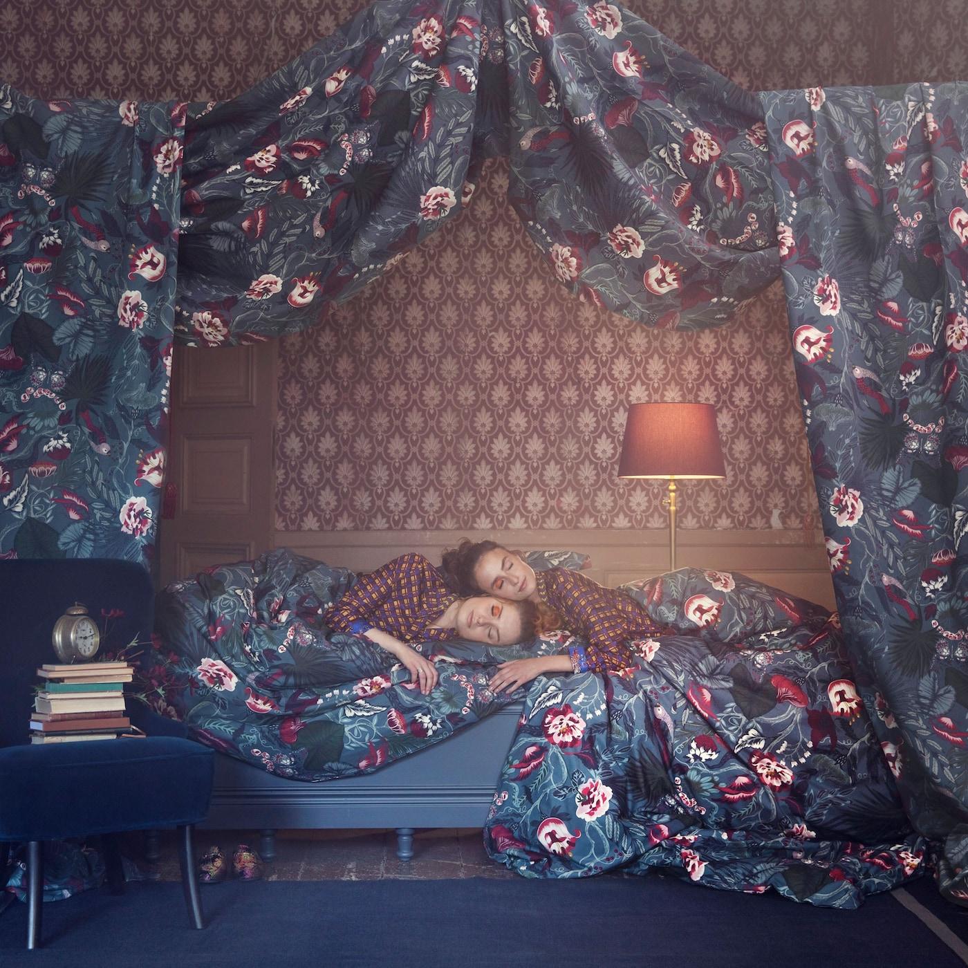 Goûte au confort de la housse de couette et des deux taies d'oreiller FILODENDRON signées IKEA. Réalisées en percale de coton, elles sont couvertes de fleurs et de papillons dans des teintes bordeaux et bleu.