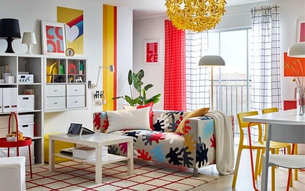 Graças à sua funcionalidade e preço, os clássicos como KLIPPAN, KALLAX e LACK são alguns dos produtos mais apreciados e agora estão disponíveis em padrões e cores divertidas que os destacam numa sala repleta de objetos!