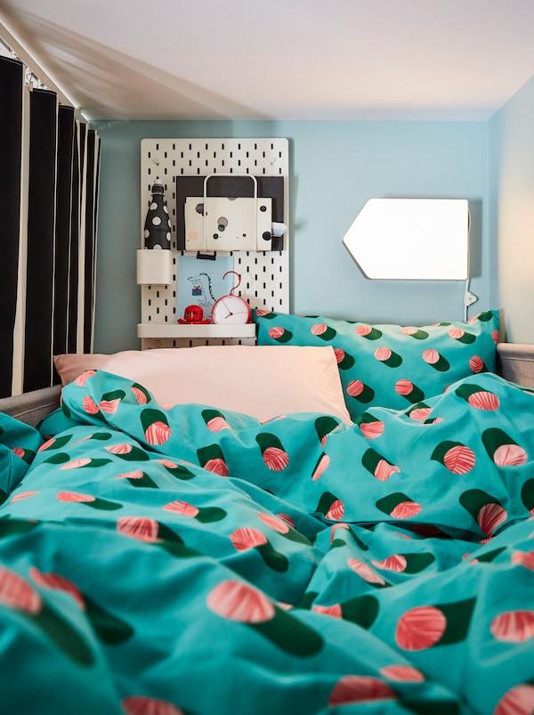 GRACIÖS posteljina stvara talasasti pejzaž tekstila u sobi s izdignutim krevetom, zavesama, rasvetom i perforiranom pločom.