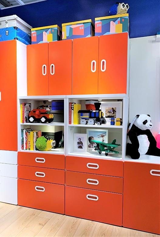 Grand meuble de rangement dans une chambre d'enfant