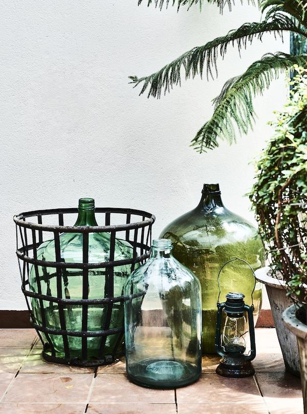 Grandi vasi in vetro verde e piante su un balcone - IKEA