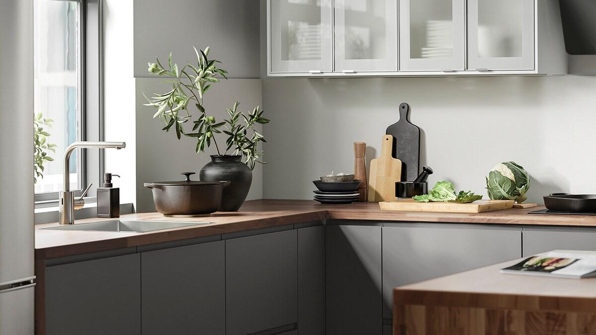 Grått kök med köksö