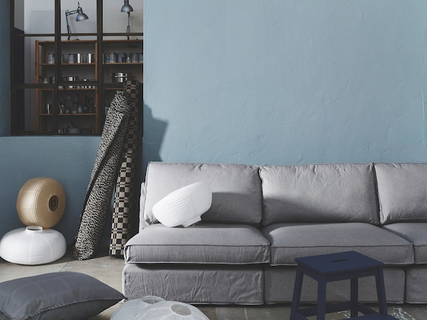 Graue Farbe kann an der Wand sehr bläulich erscheinen, wie dieses Beispiel zeigt