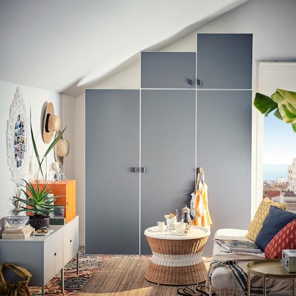 Graue Modulaufbewahrung in einem farbenfrohen Wohnzimmer