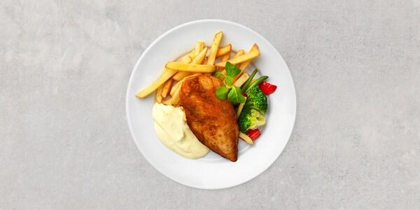 Grillad kycklingfilé. Serveras med bearnaisesås, pommes frites och varma grönsaker.