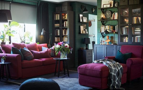 GRÖNLID كنبة سرير بمقعدين وكرسي بذراعين من ايكيا لون أحمر مع أريكة استرخاء طويلة في غرفة جلوس بورق جدران أخضر داكن.