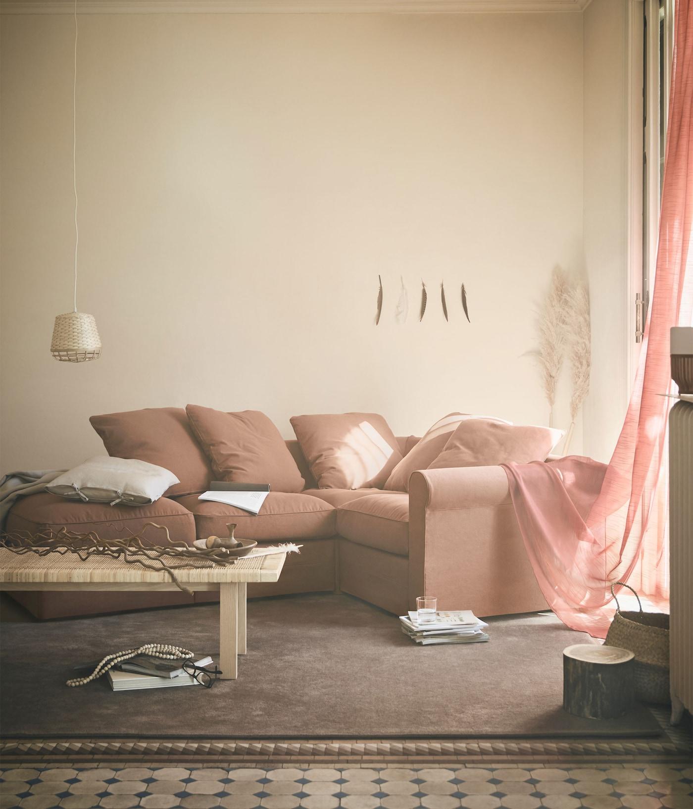GRÖNLID-moduulisohva on reilunkokoinen ja muunneltava. Tämä ulkonäöltään perinteinen sohva on suunniteltu moderneihin koteihin. Voit rakentaa sohvasta juuri sen kokoisen ja -muotoisen kuin itse haluat. Sohvaan on saatavana lisäksi divaaniosa ja rahi.