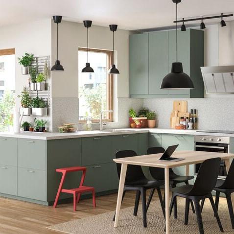 Grönt kök med svarta detaljer