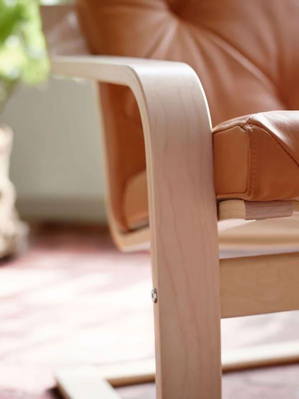 Gros plan d'un fauteuil en pin.