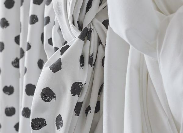 Gros plan d'un tissu à motif et d'un tissu uni drapés.