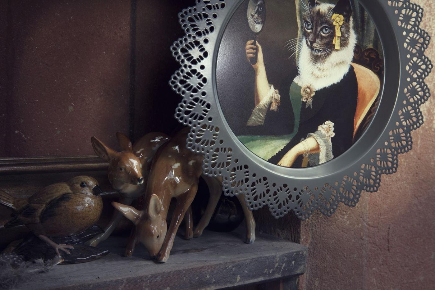 Gros plan sur les décos murales SKURAR présentant des chats et d'autres animaux décoratifs