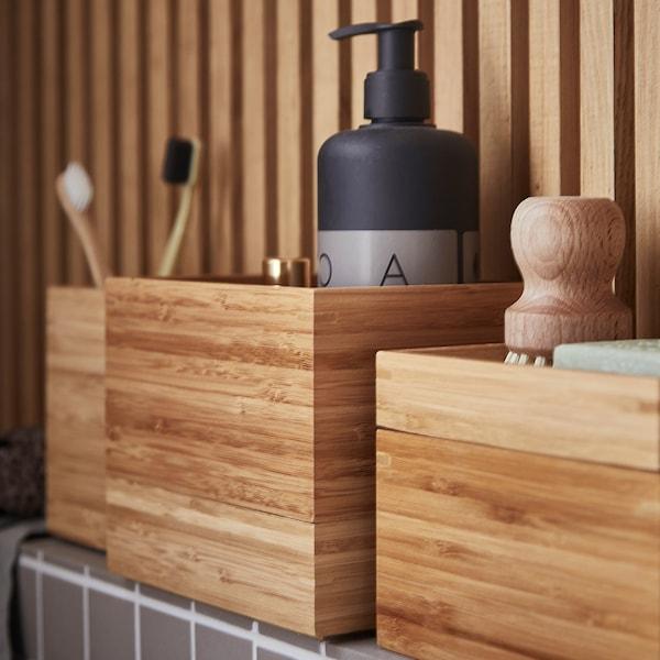 Gros plan sur l'image d'un ensemble de boîtes de salle de bain DRAGAN en bambou.