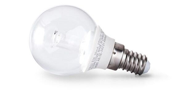 Gros plan sur une ampoule LED qui consomme 85% d'électricité en moins qu'une ampoule à incandescence classique.