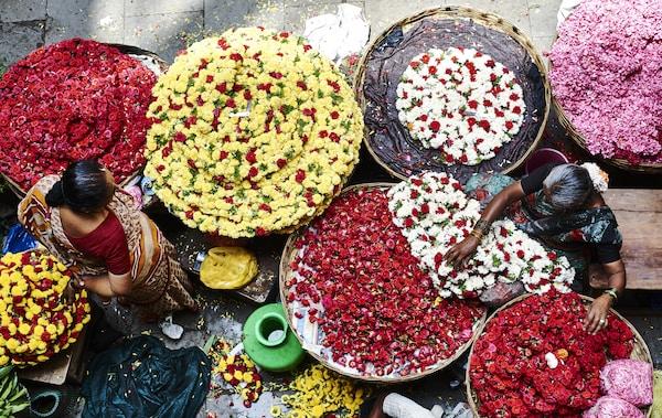 Große geflochtene Körbe gefüllt mit bunten Blumen in rot, gelb, weiß & rosa