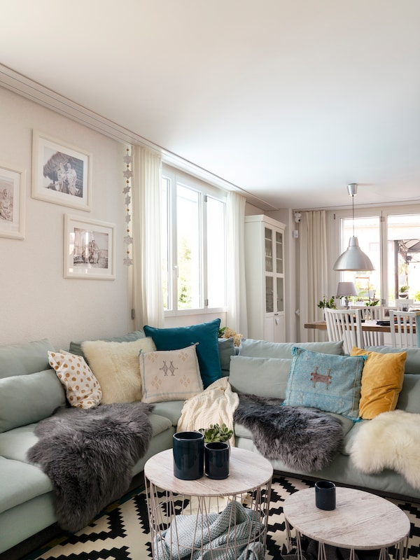 Grosse IKEA Sofa Landschaft mit vielen IKEA Kissen ist ideal für Freunde und Familie.