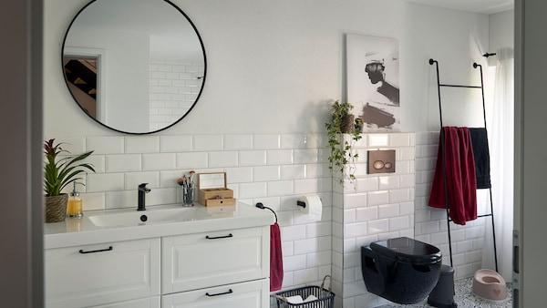 Grosszügige und hohe Räume prägen den Charakter des 100-jährigen Hauses. So auch in der Dusche, wo Tageslicht eine angenehme Stimmung schafft.