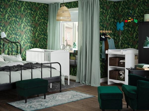 Grünes Elternschlafzimmer mit Babybett und Wickeltisch in Weiß