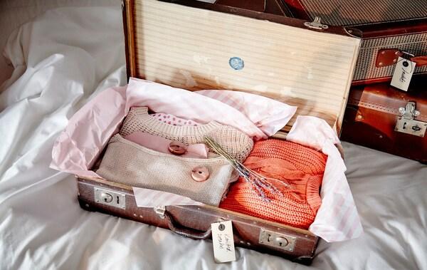 Guardar la ropa de verano en maletas