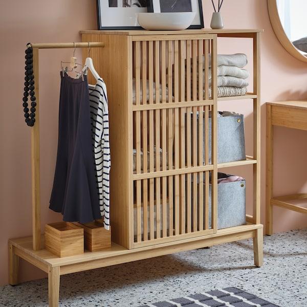 Guardaroba a giorno NORDKISA di IKEA, in bambù, con contenitori, vestiti e accessori.