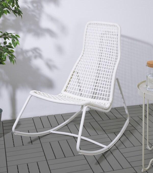 gubbon schommelstoel op een terras