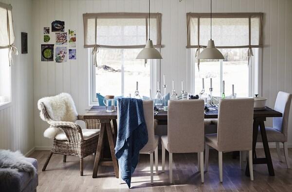 Habitación con una mesa de comedor con sillas alrededor.