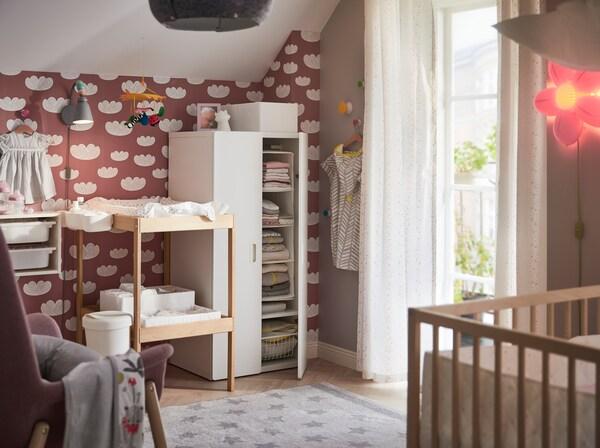 Una habitación de bebé con mucho almacenaje - IKEA