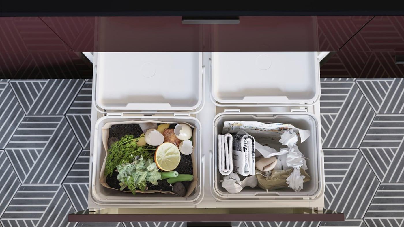 HÅLLBAR Abfalleimer mit roten KALLARP Küchenfronten in einer MAXIMERA Schublade