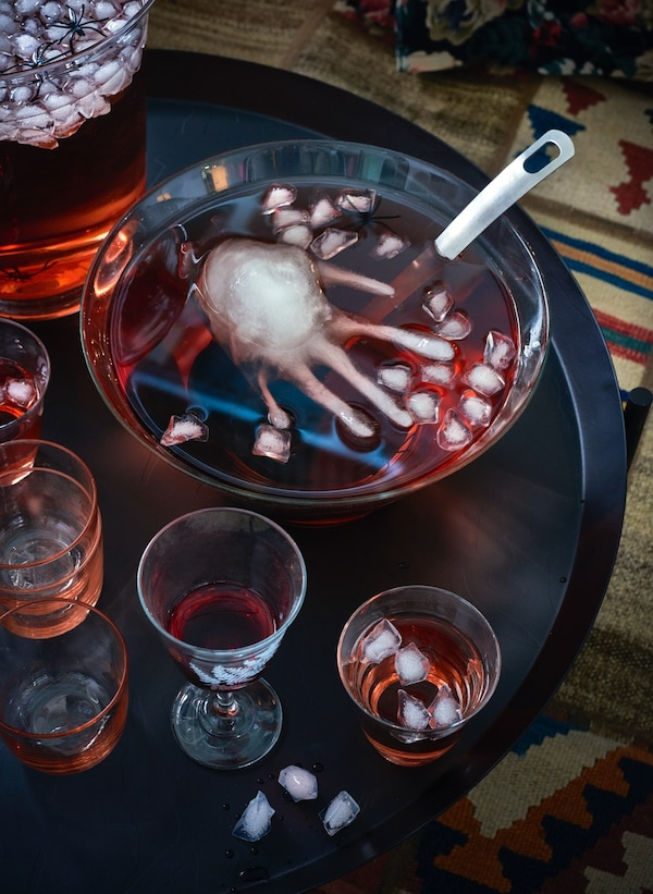 Halloween-Dekoration in einer Glasschüssel