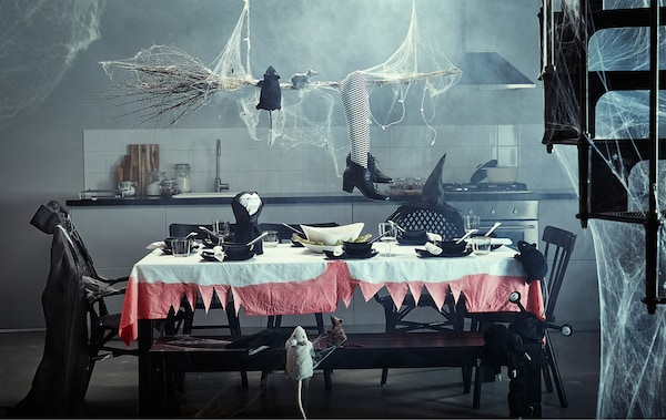 Halloweenerako apainduta dagoen mahai handia sukalde batean.