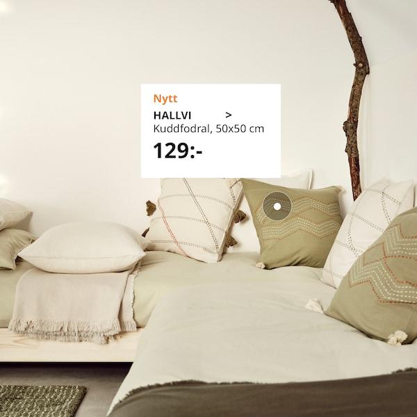 HALLVI och HERVOR handgjorda kuddfodral på en enkel soffa.