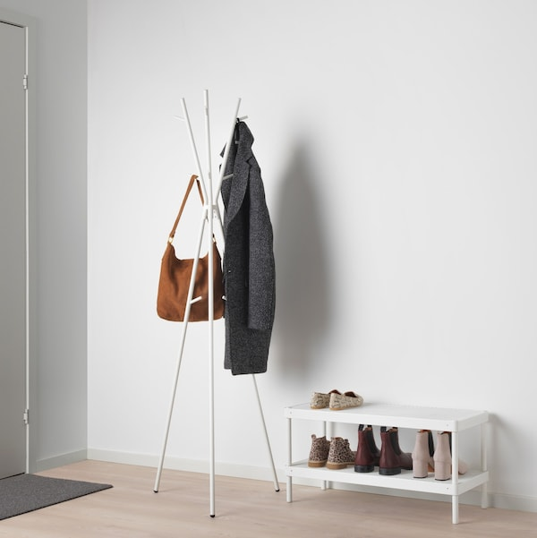 Hallway with EKRAR hat and coat stand and MACKAPÄR shoe rack.