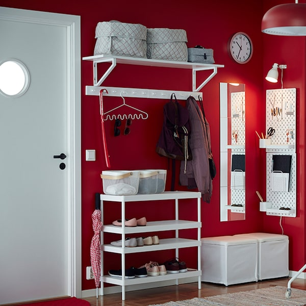 Hallway with storage, clothes hangers and a wall clock