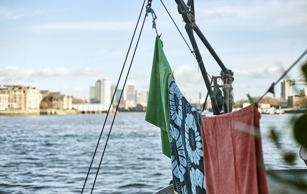 Handtücher auf einer Leine auf dem Dach eines Hausbootes